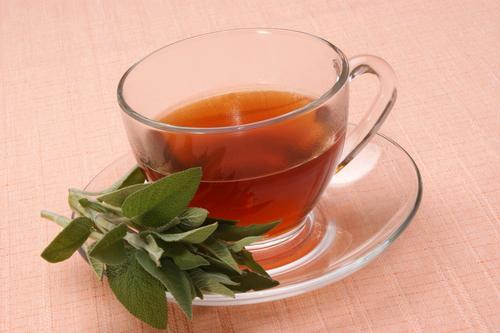 Свежезаваренный чай из шалфея