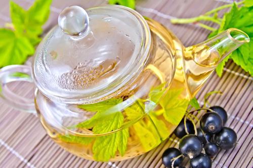 Заваренный в чайнике чай из свежих листьев смородины