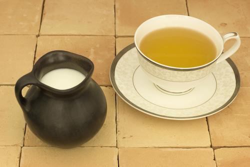 Приготовленный чай по-тибетски с молоком и солью