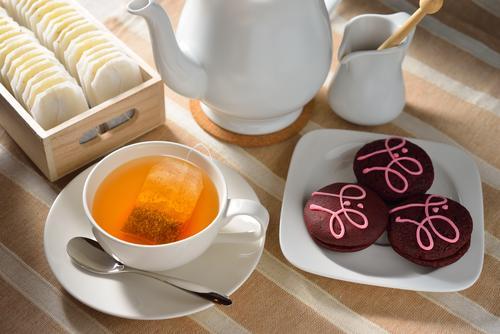 Чай из пакетиков и сладости