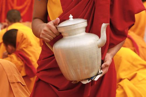 Тибетский чайник в руках монаха