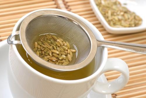 Fazendo chá de ervas com erva-doce
