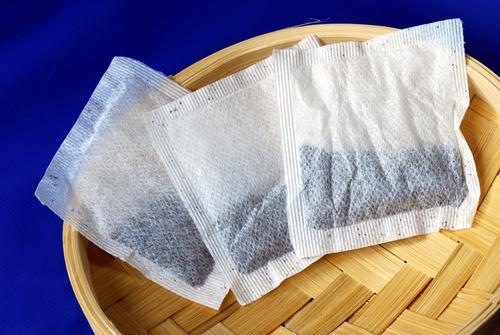 Чай в пакетиках на подносе из бамбука
