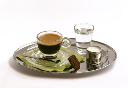 Подача кофе с водой и молоком на подносе