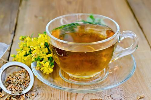 Чашка травяного чая со зверобоем