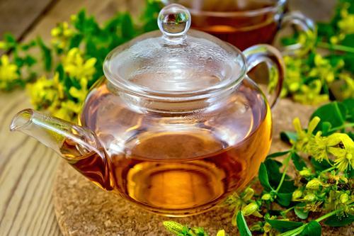 Заваренный в чайнике чай из зверобоя