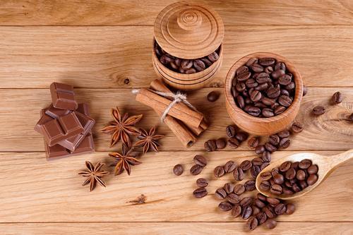 Кофейные зерна в деревянной посуде