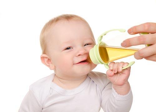 Грудничок пьет детский чай с бутылочки