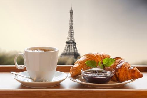 Чашка кофе с круассаном во Франции
