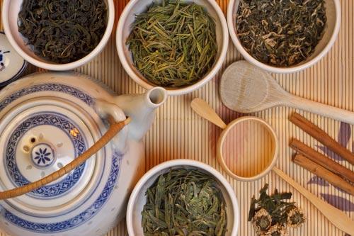 Ассортимент чая, в одной из чаш Синь Ян Мао Цзянь