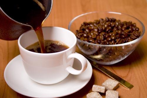 Свежий кофе в белой чашке