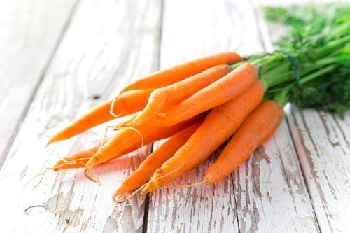 Пучок свежей морковки