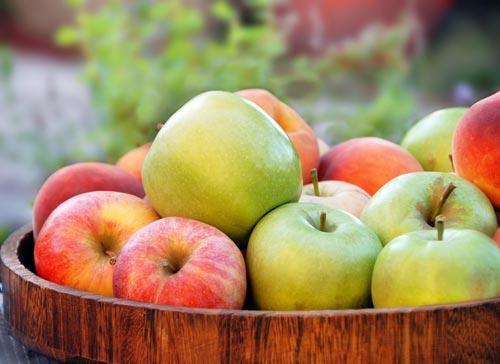 Спелые свежие яблоки