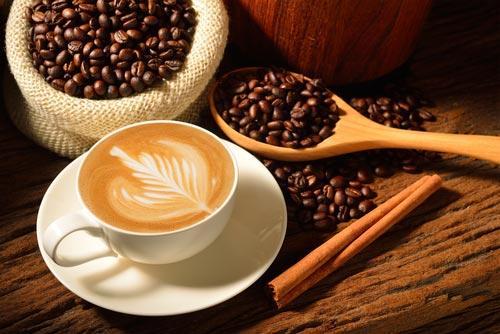 Чашка кофе на фоне зерен