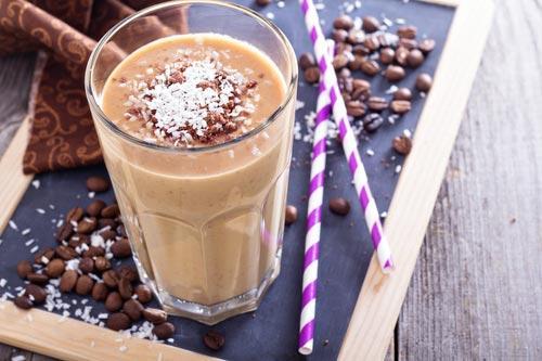 Стакан смузи из кокосового молока и кофейных зерен