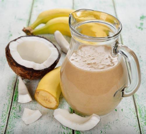 Смузи в кувшине из мякоти кокоса и банана