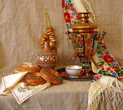 Традиционный стол для чаепития с баранками и самоваром