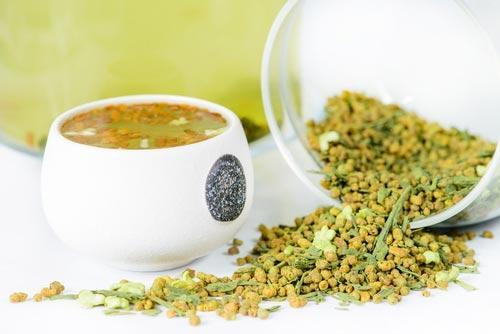Заваренный чай с рисом на фоне сухой заварки