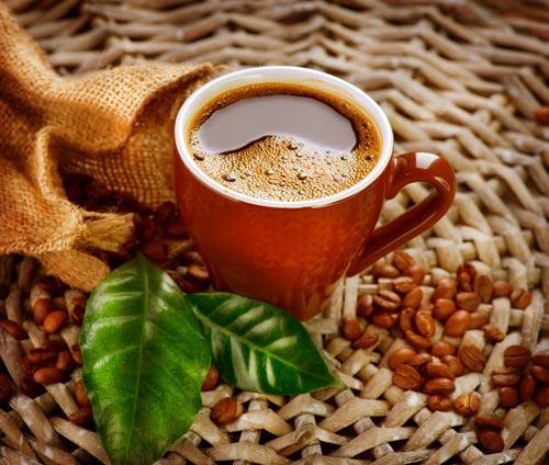 Чашка кофе на плетеном подносе
