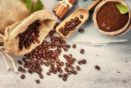 Кофейные зерна в мешке и молотый продукт