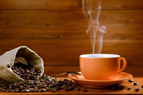 Ароматный кофе и зерна на деревянной столешнице