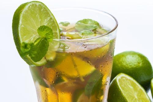 Холодный напиток с долькой лайма