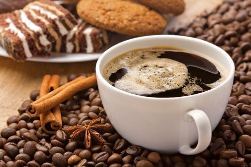 Чашка крепкого кофе со сладостями