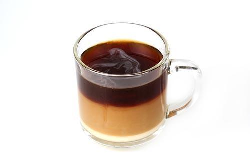 Многослойный кофейный напиток в прозрачной кружке