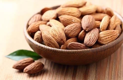 Миндальные орешки в деревянной миске