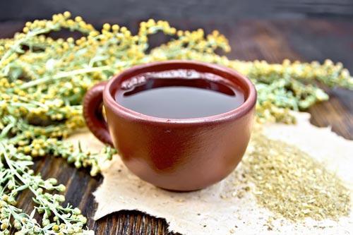 Пучок свежей полыни и чай