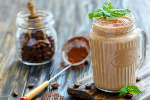 Готовый смузи с мятой и кофе