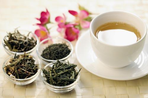 Ассортимент зеленого чая в стеклянной посуде