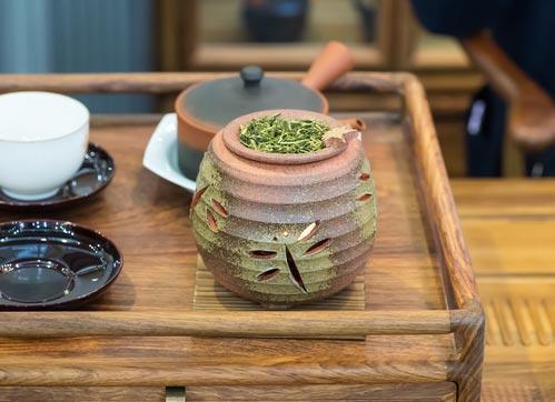 Японский чайник кусю на заднем плане