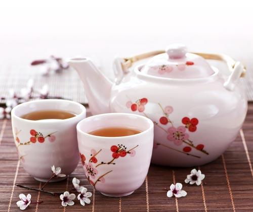 Фарфоровый заварочный чайник с чашками с рисунком сакуры