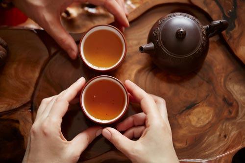 Заваренный чай пуэр в пиалах
