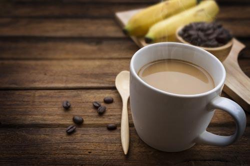 Кофе и банан на деревянной столешнице