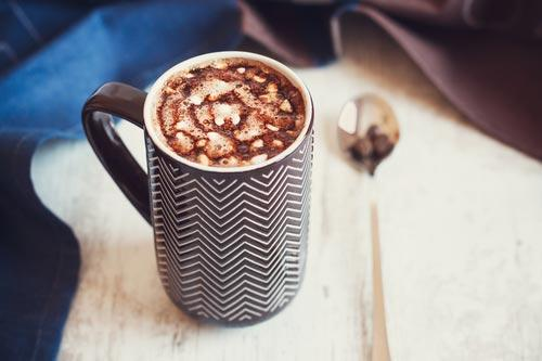 Кружка кофе с растаявшими маршмеллоу