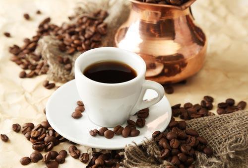 Чашка крепкого черного кофе, приготовленного в медной турке