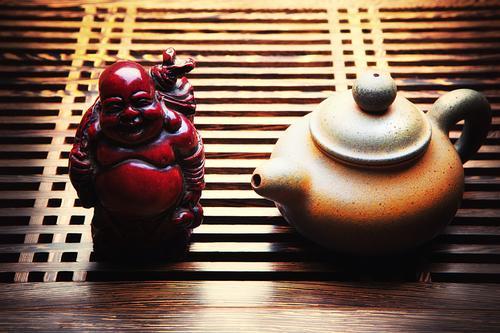 Фигурка Хотея с мешком на чайной доске