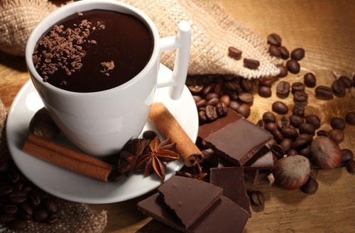 Кофе и специи на блюдце
