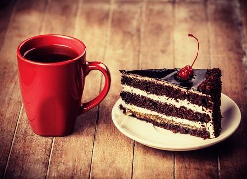Кофе с пирожным и вишней