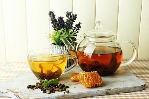 Чай из трав, заваренный в стеклянном чайнике