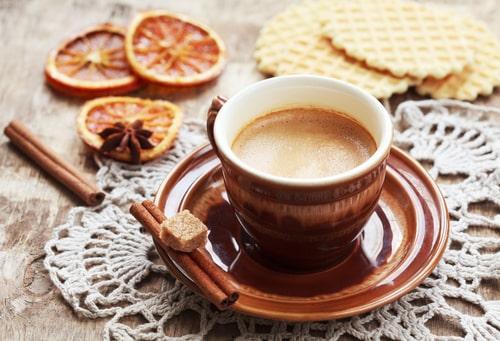 Чашечка кофе лунго с печеньем