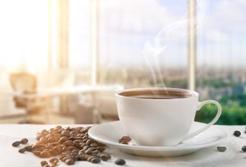 Кофе в фарфоровой чашке для дегустации