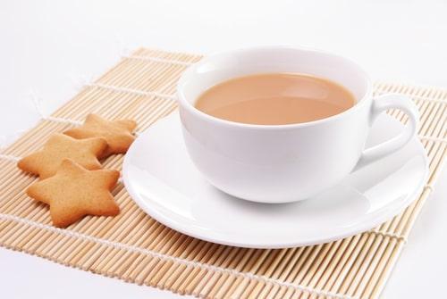 Крепкий черный чай с молоком