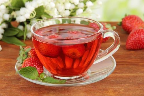 Чай со свежими ягодами клубники