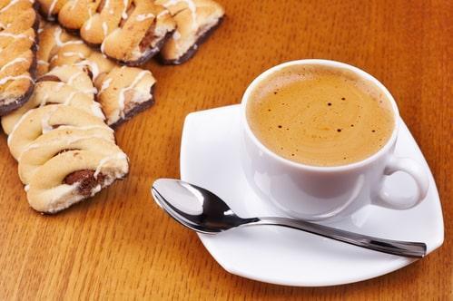 Кофе с молоком или белый с кондитерскими изделиями