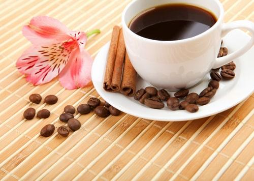 Кофе на фоне интересных цветков