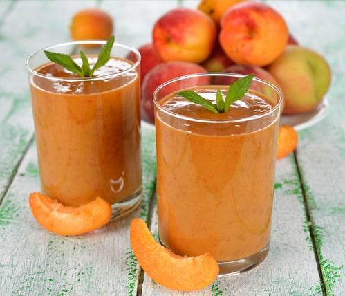 Бокалы со смузи с персиками и листочками мяты