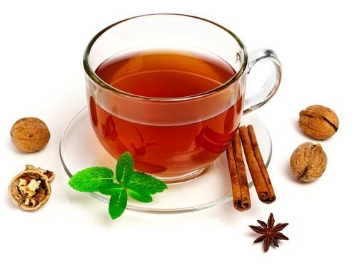 Ореховый чай с палочкой корицы